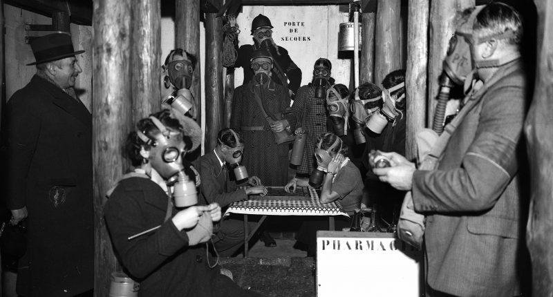 Guerre 1939-1945. Intérieur d'un abri pendant une alerte. Paris, mars 1940.     HRL-648341