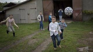 Bulcsú, 2017. június 26.Gyerekek fociznak a hitóra után a kárpátaljai Bulcsún 2017. május 5-én. A Kárpátaljai Református Egyházkerülethez tartozó Beregszászon és környékén - a szinte kizárólag magyarok lakta Asztélyon, Beregardón, Bulcsúban, Dédán, Kígyóson, Macsolán és Makkosjánosiban - nagyjából 350-400 gyermek él a létminimumon vagy alatta. A kelet-ukrajnai fegyveres válság nyomán kialakult gazdasági krízis komoly mindennapi gondokat okoz a magyar határon élőknek is. A nehéz sorsú gyermekeket a magyarországi egyházak és a magyar állam is többféle programmal és adományokkal támogatja. A Külgazdasági és Külügyminisztérium, valamint a Magyar Református Szeretetszolgálat jótékonysági gyűjtést indít a külügyi állomány körében. Az akció sikerét segíti Mohai Balázs, az MTI/MTVA fotóriporterének Magyar mindennapok Kárpátalján című fotókiállítása, amely június 26-án nyílik a minisztériumban.MTI Fotó: Mohai Balázs