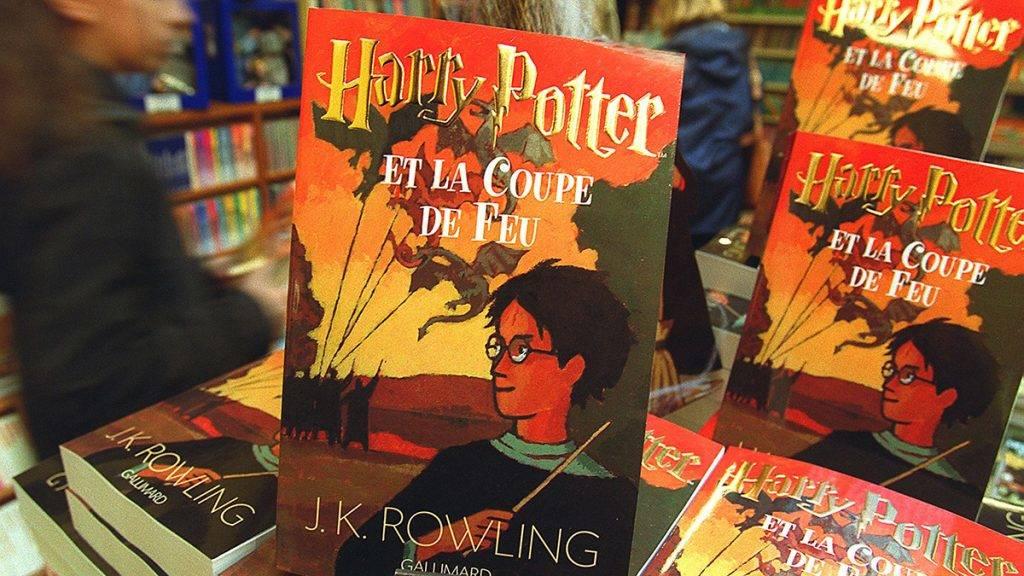 """Des lecteurs découvrent dans une librairie bordelaise le 29 novembre 2000, le quatričme tome des aventures écrites par la Britannique J.K Rowling, """"Harry Potter et la coupe de feu"""", tiré ŕ 450 000 exemplaires par les éditions Gallimard.AFP PHOTO PATRICK BERNARD / AFP PHOTO / PATRICK BERNARD"""