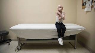 Philadelphia, 2017. június 27.A hétéves Baraka Cosmas a felsővégtag-protézise elkészítéséhez szükséges vizsgálatra vár a philadelphiai Shriners Gyermekkórházban 2017. március 27-én. (MTI/AP/Matt Rourke)