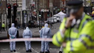 London, 2017. június 5. Nyomozók a londoni London Bridge közelében 2017. június 5-én. Június 3-án éjjel három merénylõ egy furgonnal gyalogosok közé hajtott a hídon, majd a közeli piac, a Borough Market környékén késsel támadt a járókelõkre. Hét ember életét vesztette, negyvennyolc megsebesült. (MTI/AP/Alastair Grant)