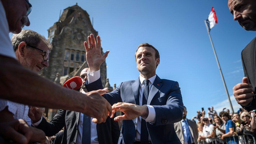 Le Touquet, 2017. június 11.Emmanuel Macron francia elnököt üdvözlik támogatói, miután leadta szavazatát a kétfordulós francia parlamenti választások első fordulójában az észak-franciaországi Le Touquet településen 2017. június 11-én. (MTI/EPA pool/Christophe Petit Tesson)