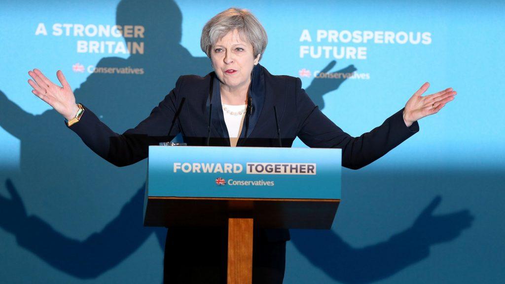 Halifax, 2017. május 18. Theresa May brit miniszterelnök ismerteti a kormányzó brit Konzervatív Párt választási programját Halifaxban 2017. május 18-án. Nagy-Britanniában június 8-án tartanak elõrehozott parlamenti választásokat. (MTI/EPA/Nigel Roddis)