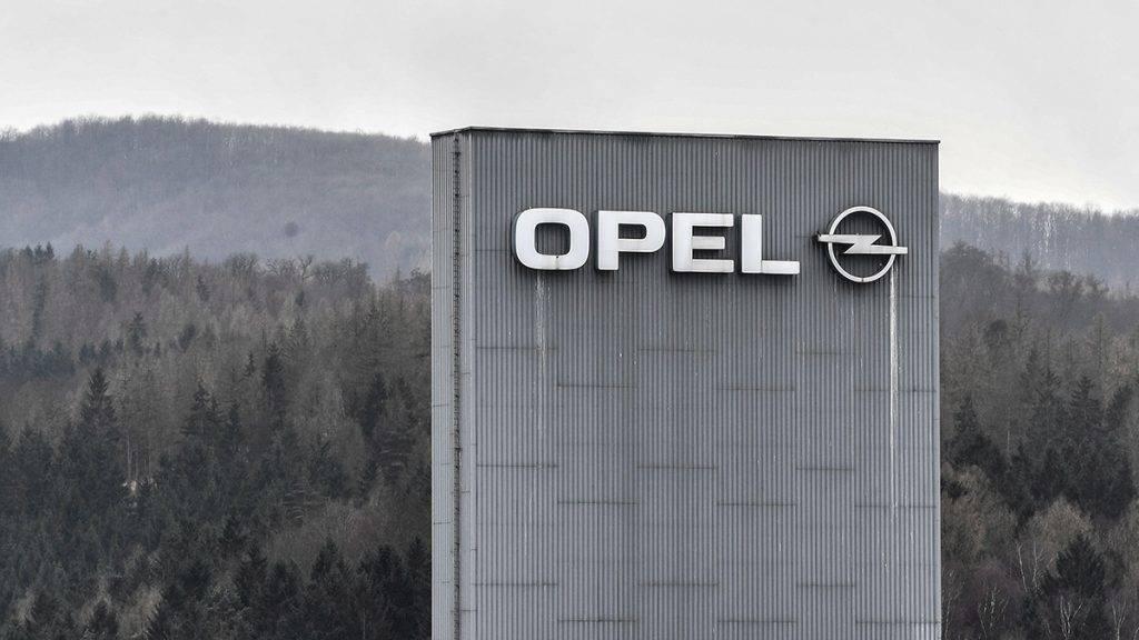 Eisenach, 2017. március 6.Az Opel járműgyártó emblémája a cég eisenachi gyárán 2017. március 6-án. A General Motors amerikai és a francia PSA Peugeot Citroen csoport március 6-án bejelentette, hogy a GM eladja a PSA-nak veszteséges európai érdekeltségeit, az Opelt és a Vauxhallt. (MTI/EPA/Filip Singer)