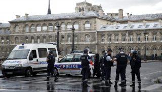 Párizs, 2017. június 6. Rendõrök a párizsi Notre Dame székesegyház elõtt 2017. június 6-án, miután a helyszínen lelõttek egy kalapáccsal fenyegetõzõ férfit. (MTI/EPA/Yoan Valat)