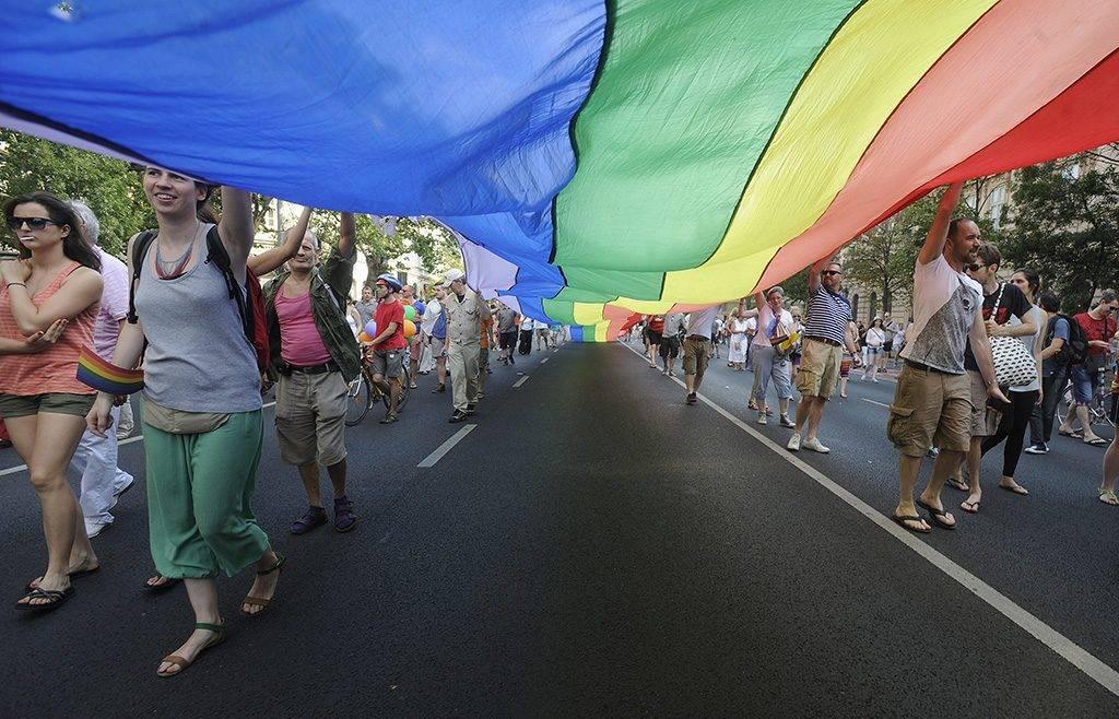 Budapest, 2013. július 6.Résztvevők szivárványszínű zászlóval a 18. Budapest Pride, a leszbikus, meleg, biszexuális, transznemű és queer (LMBTQ) közösség fesztiváljának felvonulásán az Andrássy úton 2013. július 6-án.MTI Fotó: Földi Imre