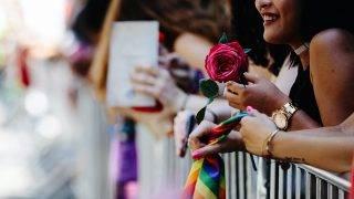 New York, 2017. június 26.Egy résztvevő a leszbikusok, melegek, biszexuálisok és transzszexuálisok (LGBT) közösségét jelképező, szivárványszínű zászlóval a New Yorkban évente megrendezett melegfelvonuláson 2017. június 25-én. (MTI/EPA/Alba Vigaray)