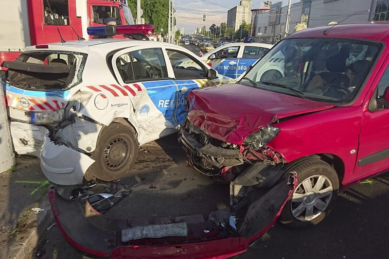 Budapest, 2017. június 6. Sérült gépjármûvek a fõváros XIII. kerületében, a Róbert Károly körút és Lehel út keresztezõdésében, ahol a rendõrségi járõrkocsi személyautóval ütközött össze 2017. június 6-án. A baleset következtében a rendõrautó az oldalára borult. MTI Fotó: Mihádák Zoltán