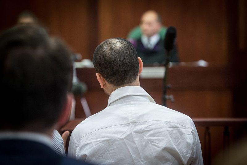 Szeged, 2017. június 15.A terrorizmus vádjával első fokon tíz év fegyházbüntetésre ítélt Ahmed H. szír férfi (középen, háttal) az ügyének másodfokon történő tárgyalásán a Szegedi Ítélőtábla tárgyalótermében 2017. június 15-én. A röszkei közúti átkelőnél 2015. szeptember 16-án történt tömegzavargásban résztvevő férfit 2016 novemberében a Szegedi Törvényszék a határzár tömegzavargás résztvevőjeként elkövetett tiltott átlépése és állami szerv kényszerítése céljából, személy elleni erőszakos bűncselekmény elkövetésével megvalósított terrorcselekmény bűntettében mondta ki bűnösnek.MTI Fotó: Ujvári Sándor