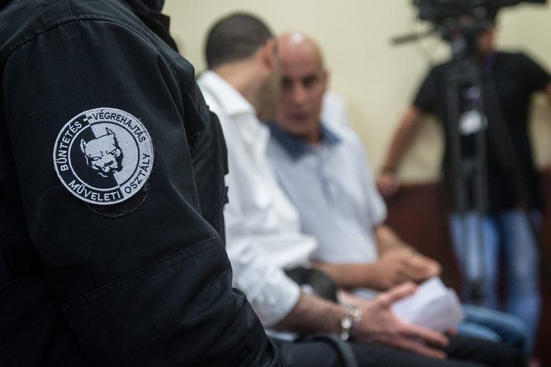 Szeged, 2017. június 15.A terrorizmus vádjával első fokon tíz év fegyházbüntetésre ítélt Ahmed H. szír férfi (b) az ügyének másodfokon történő tárgyalásán a Szegedi Ítélőtábla tárgyalótermében 2017. június 15-én. A röszkei közúti átkelőnél 2015. szeptember 16-án történt tömegzavargásban résztvevő férfit 2016 novemberében a Szegedi Törvényszék a határzár tömegzavargás résztvevőjeként elkövetett tiltott átlépése és állami szerv kényszerítése céljából, személy elleni erőszakos bűncselekmény elkövetésével megvalósított terrorcselekmény bűntettében mondta ki bűnösnek.MTI Fotó: Ujvári Sándor