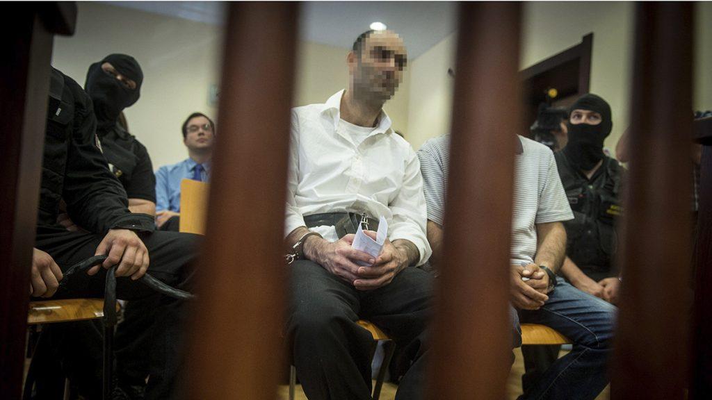 Szeged, 2017. június 15.A terrorizmus vádjával első fokon tíz év fegyházbüntetésre ítélt Ahmed H. szír férfi az ügyének másodfokon történő tárgyalásán a Szegedi Ítélőtábla tárgyalótermében 2017. június 15-én. A röszkei közúti átkelőnél 2015. szeptember 16-án történt tömegzavargásban résztvevő férfit 2016 novemberében a Szegedi Törvényszék a határzár tömegzavargás résztvevőjeként elkövetett tiltott átlépése és állami szerv kényszerítése céljából, személy elleni erőszakos bűncselekmény elkövetésével megvalósított terrorcselekmény bűntettében mondta ki bűnösnek.MTI Fotó: Ujvári Sándor