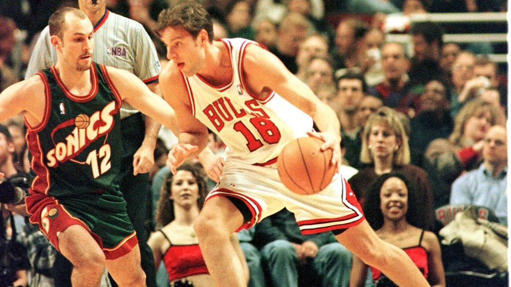 Chicago Bulls forward David Kornel (18) works his way around a Seattle SuperSonics defender in the second half of their NBA match 11 March at the United Center in Chicago, Illinois.  AFP PHOTO Tannen MAURY / AFP PHOTO / TANNEN MAURY