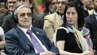 Berlin, 2017. június 8. Soros György magyar származású amerikai üzletember, a New York-i Soros Fund Management befektetési társaság elnöke és a felesége, Tamiko az Európai Roma Mûvészeti és Kulturális Intézet megalapításának alkalmából rendezett berlini ünnepségen 2017. június 8-án. (MTI/EPA/Clemens Bilan)