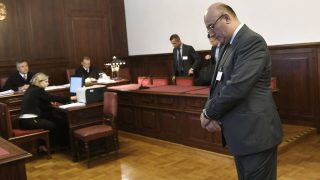 Budapest, 2017. június 8.Császy Zsolt, a Magyar Nemzeti Vagyonkezelő (MNV) Zrt. volt értékesítési igazgatója a 2008-as sukorói telekcsere ügyében indult büntetőper tárgyalásán a Kúrián 2017. június 8-án. Három, illetve két és fél év letöltendő börtönbüntetésre ítélte hűtlen kezelés kísérlete miatt a Kúria a 2008-as sukorói telekcsere ügyében Tátrai Miklóst és Császy Zsoltot, az MNV Zrt. egykori vezetőit. A harmadfokú ítélet jogerős.MTI Fotó: Illyés Tibor