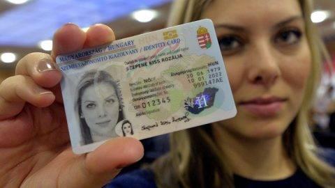 Budapest, 2016. január 11.Elektronikus személyazonosító igazolványt tart kezében tulajdonosa az első új típusú okmány átadása alkalmából tartott sajtótájékoztatón a Közigazgatási és Elektronikus Közszolgáltatások Központi Hivatalában 2016. január 11-én. Az okmányt elektronikus aláírásra is lehet használni, valamint az a TAJ-kártya és az adóazonosító igazolvány funkcióit is ellátja.MTI Fotó: Máthé Zoltán