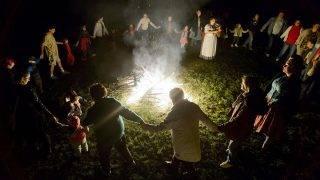 Szanda, 2014. szeptember 28.Résztvevők táncolnak a Szent Mihály-ünnep alkalmából gyújtott tűz körül Szandán 2014. szeptember 27-én este.MTI Fotó: Komka Péter