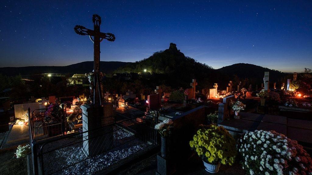 Ajnácskő, 2016. október 30.Mécsesek égnek a felvidéki Ajnácskő temetőjében a közelgő mindenszentek ünnepe és halottak napja előtt 2016. október 30-án.MTI Fotó: Komka Péter