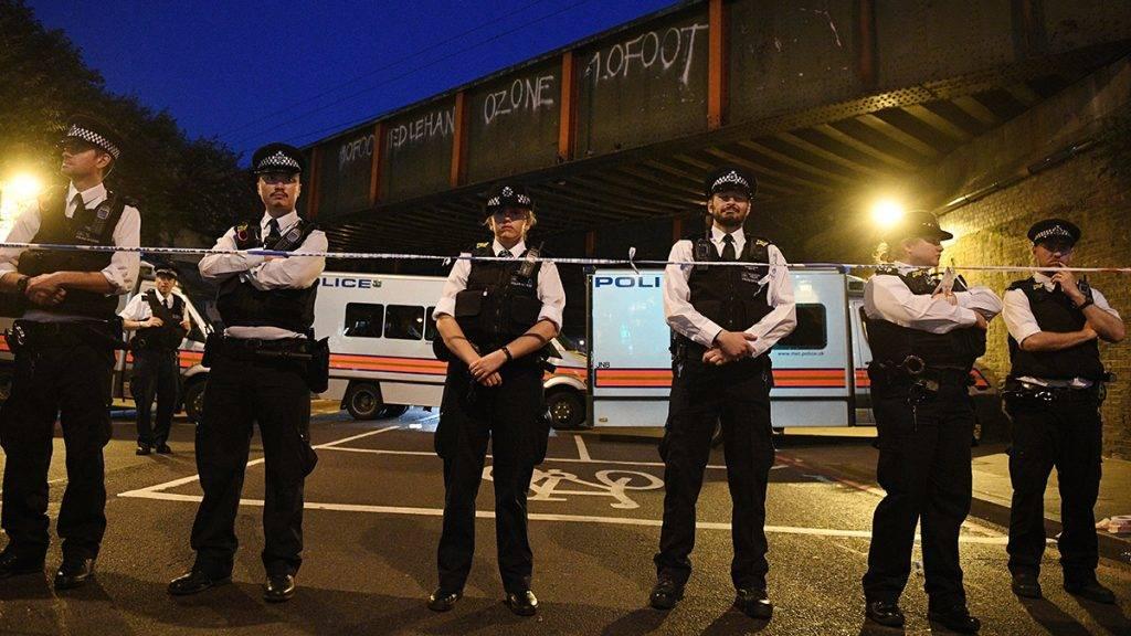 London, 2017. június 19.Rendőrök állnak sorfalat a Finsbury Park közelében, ahol furgon gázolt el gyalogosokat a brit főváros, London északi részén, a Seven Sisters Roadnál 2017. június 19-én. A jármű a közelben lévő mecsetből távozó tömegbe hajtott. A rendőrség tájékoztatása szerint egy embert őrizetbe vettek, a sérülteket kórházban ápolják. (MTI/EPA/Facundo Arrizabalaga) Policemen stand by a police cordon near Finsbury Park, after a van collision incident in north London, Britain, 19 June 2017. According to the Metropolitan Police Service, police responded on 19 June, to reports of a major incident where a vehicle collided with pedestrians in Seven Sisters Road, in north London. One person has been arrested, police added. A number of ambulance crews and specialist teams have been sent to the scene where a number of casualties was confirmed. The Muslim Council of Britain (MCB) commented on the incident saying that a van has run over worshippers outside the Muslim Welfare House (MWH), near the Finsbury Park Mosque. British Prime Minister Theresa May described the attack as a 'terrible incident.'  EPA/FACUNDO ARRIZABALAGA