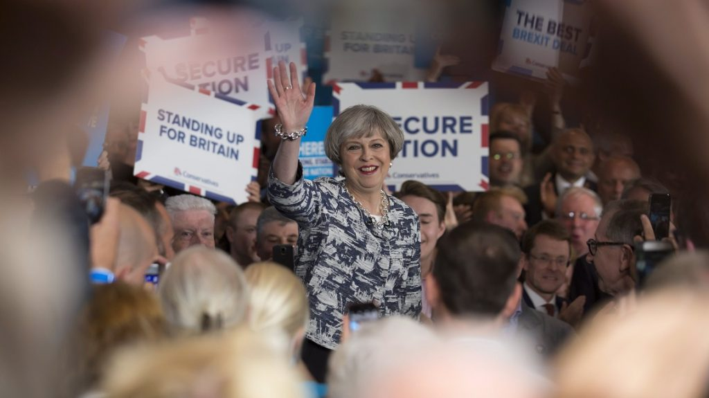 Birmingham, 2017. június 7. Theresa May brit miniszterelnök, a Konzervatív Párt vezetõje a Birminghamben tartott választási kampányrendezvényén 2017. június 7-én, egy nappal az elõrehozott brit parlamenti választások elõtt. (MTI/EPA/Jon Super)