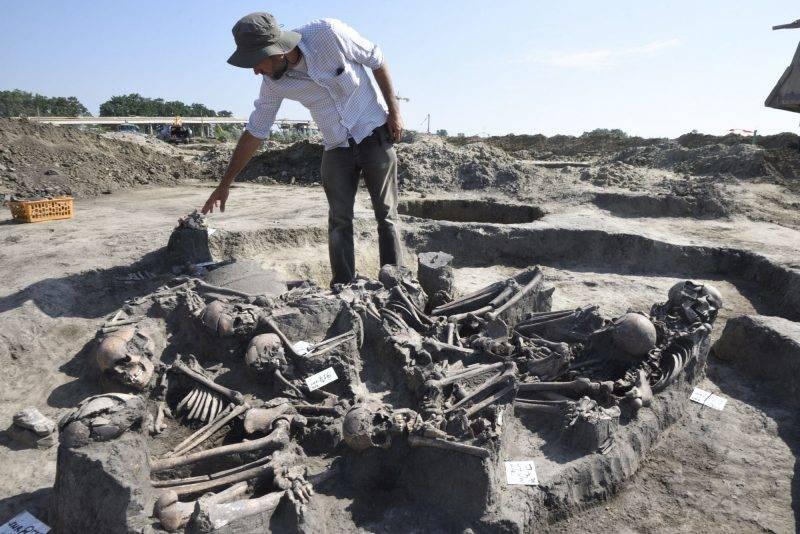 Hódmezõvásárhely, 2017. június 28. Pópity Dániel, a szegedi Móra Ferenc Múzeum régésze mutatja a feltárt, tizenegy ember maradványait rejtõ késõ bronzkori, kora vaskori sírt Hódmezõvásárhely-Kopáncs térségében egy homokbánya területén 2017. június 28-án. Az eltérõ idõpontokban életüket vesztõ tizenegy embert valamilyen sajátos rítus részeként késõbb együtt temették el újra. MTI Fotó: Kelemen Zoltán Gergely