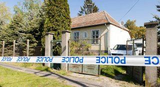 Bőny, 2017. április 25.Rendőrségi kordonszalag egy bőnyi ház előtt a rendőrgyilkosság bizonyítási eljárásán 2017. április 25-én. Tavaly október 26-án reggel a Készenléti Rendőrség Nemzeti Nyomozó Iroda munkatársai előre tervezett házkutatásra mentek ki Győrkös István, a Magyar Nemzeti Arcvonal nevű hungarista szervezet egyik alapítója bőnyi házához, ahol a tulajdonos gépkarabéllyal öt-hat lövést adott le rájuk és a gyanú szerint megölt egy rendőrt, Pálvölgyi Pétert. A rendőrök is használták szolgálati fegyverüket, és eközben megsérült az idős lövöldöző.MTI Fotó: Krizsán Csaba