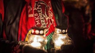 Veszprém, 2017. január 9.Egy veszprémi szurkoló mécsesekkel a kezében a férfi kézilabdaklub alapításának 40. évfordulója alkalmából rendezett ünnepségen a Veszprém Aréna előtt 2017. január 9-én.MTI Fotó: Bodnár Boglárka