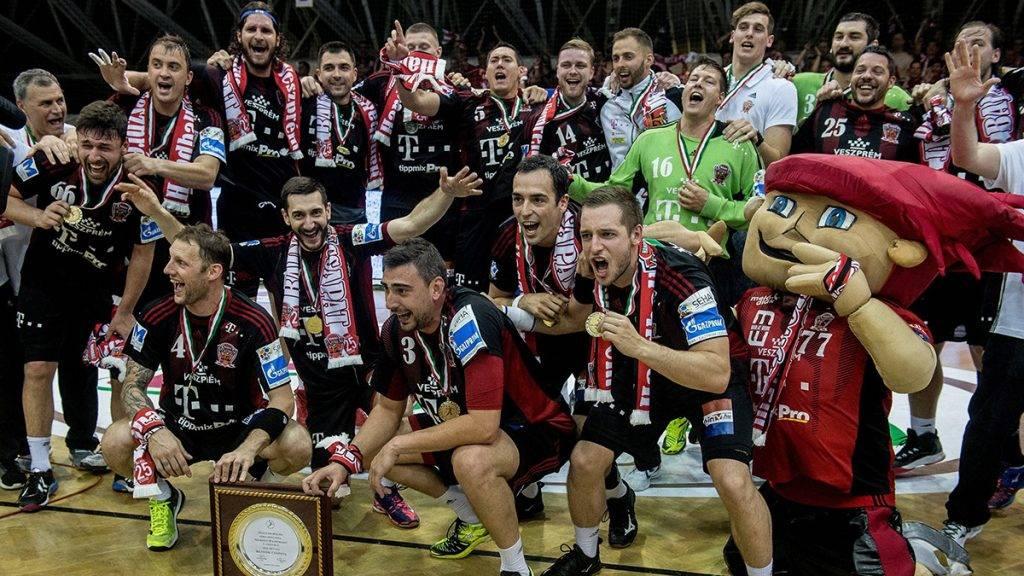 Szeged, 2017. május 24.A címvédő bajnok Telekom Veszprém játékosai örülnek a MOL-Pick Szeged - Telekom Veszprém férfi kézilabda bajnoki döntő visszavágó mérkőzés után Szegeden 2017. május 24-én. A Telekom Veszprém ugyan 30-27-re kikapott a MOL-Pick Szeged otthonában az NB I döntőjének visszavágóján, de 50-47-es összesítéssel megnyerte a párharcot és megvédte címét.MTI Fotó: Ujvári Sándor