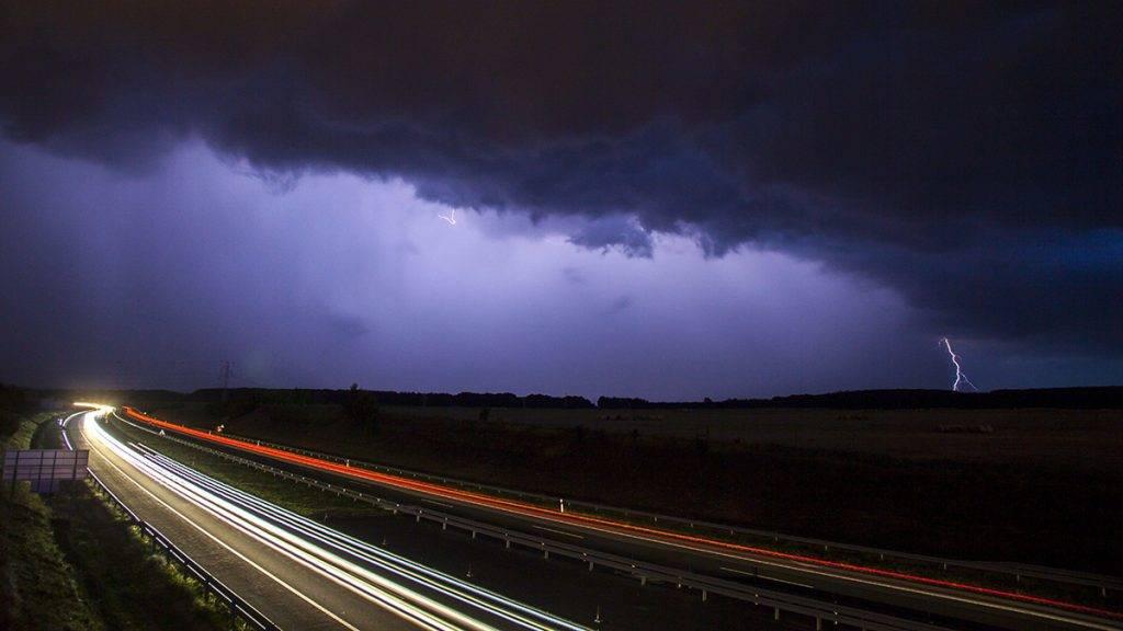 Nagykanizsa, 2016. augusztus 1.Villámlással kísért viharfelhő vonul át Nagykanizsa felett, az M7-es autópályánál 2016. július 31-én.MTI Fotó: Varga György