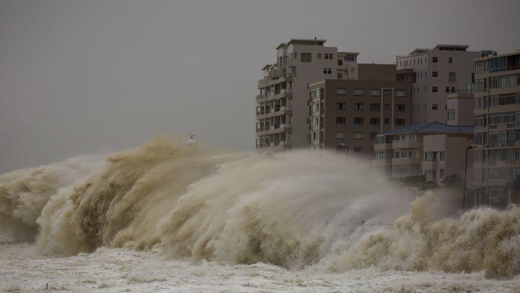 Fokváros, 2017. június 7. Hatalmas hullám csap ki egy tengerparti sétányra Fokvárosban 2017. június 7-én. (MTI/EPA/Nic Bothma)