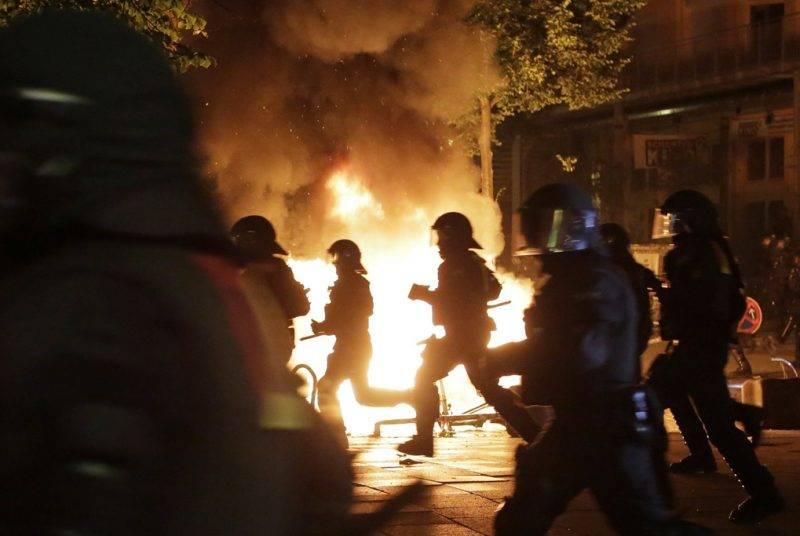 Hamburg, 2017. július 7.Rohamrendőrökkel csapnak össze szélsőbaloldali tüntetők, akik a világ 19 legfejlettebb gazdaságú és vezető feltörekvő országát, valamint az Európai Uniót tömörítő húszas csoport, a G20 hamburgi csúcstalálkozója ellen tiltakoznak az észak-németországi városban 2017. július 6-án, az esemény kezdetének előestéjén. (MTI/AP/Markus Schreiber)