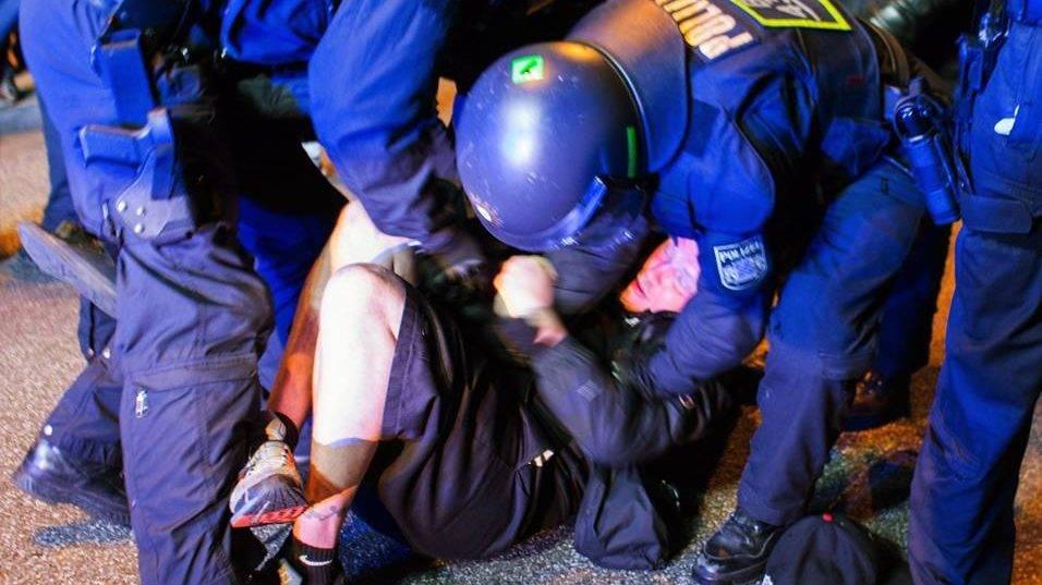 Hamburg, 2017. július 5.Rohamrendőrök és tüntetők összecsapása, akik a világ 19 legfejlettebb gazdaságú és vezető feltörekvő országát, valamint az Európai Uniót tömörítő húszas csoport, a G20 hamburgi csúcstalálkozója ellen tiltakoznak az észak-németországi városban 2017. július 4-én. (MTI/EPA/Focke Strangmann)