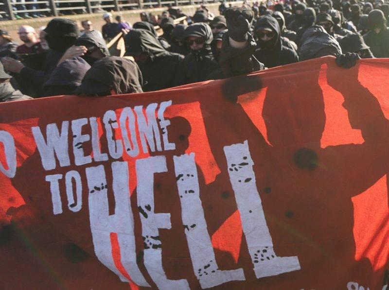 """Hamburg, 2017. július 6.A világ 19 legfejlettebb gazdaságú és vezető feltörekvő országát, valamint az Európai Uniót tömörítő húszas csoport, a G20 hamburgi csúcstalálkozója ellen tiltakozó tüntetők az """"Üdvözlünk a pokolban!"""" elnevezésű tiltakozáson az észak-németországi város halpiacán 2017. július 6-án, egy nappal a csúcstalálkozó kezdete előtt. (MTI/EPA/Ronald Wittek)"""