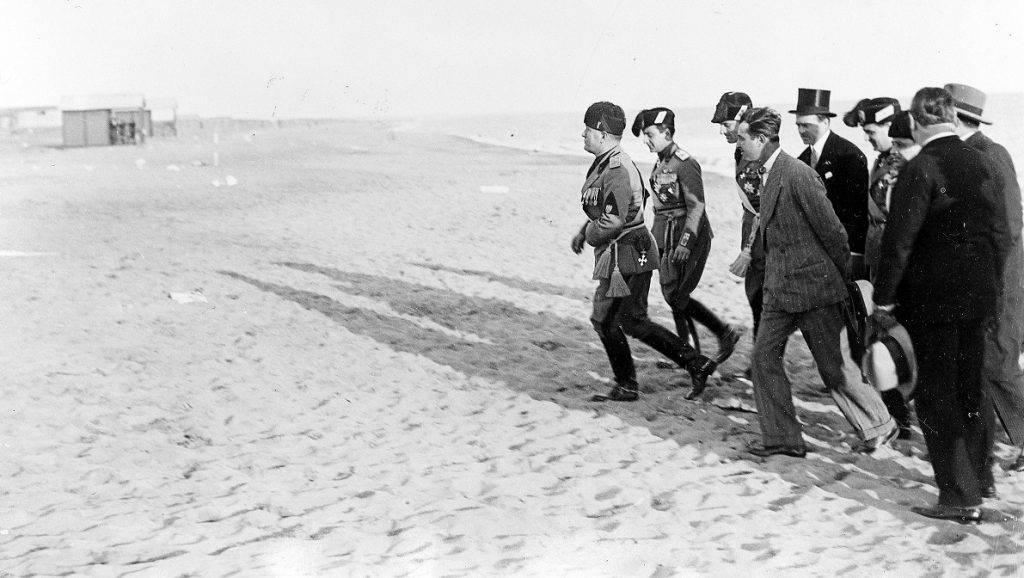 Benito Mussolini (1883-1945), homme d'Etat italien, sur la plage d'Ostie.     RV-398943