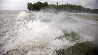 Balatonboglár, 2014. május 15.A partfalat csapkodják a hullámok a balatonboglári szabad strandon, ahol az erős északi szél miatt kiöntött a Balaton 2014. május 15-én.MTI Fotó: Varga György