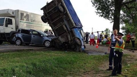 Nagykõrös, 2017. július 10. Ütközésben összetört jármûvek a 441-es úton, Nagykõrösnél 2017. július 10-én. A baleset sérültjei közül egy ember állapota életveszélyes, és négy-öt a súlyos sérült. MTI Fotó: Donka Ferenc