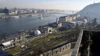 Budapest, 2016. december 11.A Várkert Bazár látképe a Dunával és a Gellért-heggyel párás időben.MTVA/Bizományosi: Róka László ***************************Kedves Felhasználó!Ez a fotó nem a Duna Médiaszolgáltató Zrt./MTI által készített és kiadott fényképfelvétel, így harmadik személy által támasztott bárminemű – különösen szerzői jogi, szomszédos jogi és személyiségi jogi – igényért a fotó készítője közvetlenül maga áll helyt, az MTVA felelőssége e körben kizárt.