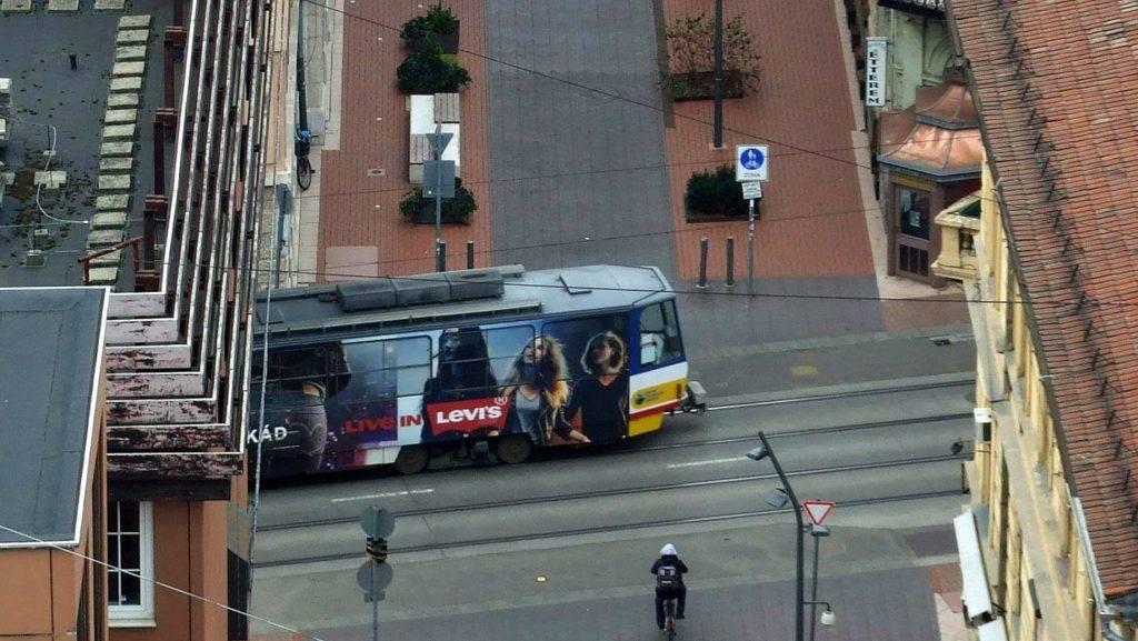 Szeged, 2016. december 15. Reklámplakáttal díszített villamos halad a Zrínyi utcában az Eötvös utcai keresztezõdésen át. MTVA/Bizományosi: Jászai Csaba  *************************** Kedves Felhasználó! Ez a fotó nem a Duna Médiaszolgáltató Zrt./MTI által készített és kiadott fényképfelvétel, így harmadik személy által támasztott bárminemû – különösen szerzõi jogi, szomszédos jogi és személyiségi jogi – igényért a fotó készítõje közvetlenül maga áll helyt, az MTVA felelõssége e körben kizárt.