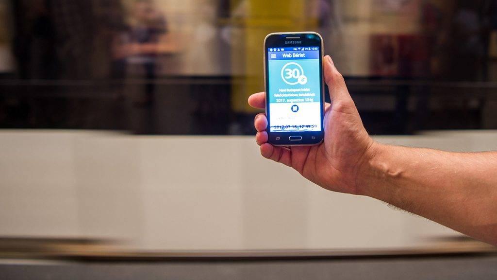Budapest, 2017. július 18.Utas a Budapesti Közlekedési Központ (BKK) új elektronikus bérletét használja Budapesten, a Deák téri metrómegállóban 2017. július 18-án. A napokban elindította a BKK az online jegy- és bérletvásárlási felületet, amelyre a vásárlóknak minden nap be kell majd lépniük. Először teljes árú és tanuló, félhavi és havi Budapest-bérletek, 24, 72 órás és hetijegy vásárlására lesz lehetőség.MTI Fotó: Balogh Zoltán