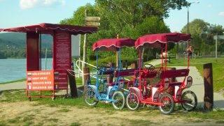 Visegrád, 2012. augusztus 9. Négykerekû, városnézõ kerékpárokat kínáló kerékpárkölcsönzõ a kompkikötõ mellett. MTVA/Bizományosi: Nagy Zoltán  *************************** Kedves Felhasználó! Az Ön által most kiválasztott fénykép nem képezi az MTI fotókiadásának, valamint az MTVA fotóarchívumának szerves részét. A kép tartalmáért és a szövegért a fotó készítõje vállalja a felelõsséget.