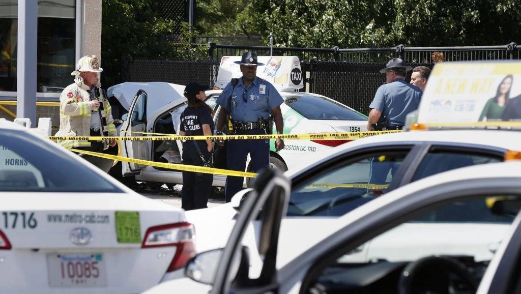 Boston, 2017. július 3. Rendõrök annak a gázolásnak a helyszínén, ahol egy taxis gyalogosok közé hajtott a bostoni repülõtér közelében 2017. július 3-án. A rendõrség tájékoztatása szerint a balesetet, amelynek legkevesebb tíz sérültje van, a sofõr hibája okozta, a szándékosságot a szakértõk azonnal kizárták. (MTI/AP/Michael Dwyer)