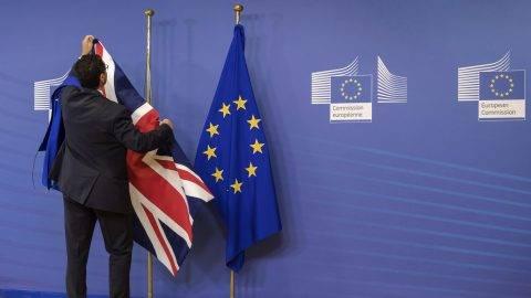 Brüsszel, 2017. július 17. Kihelyezik a brit zászlót az Európai Unió lobogója mellé az Európai Bizottság brüsszeli épületében, ahol megkezdõdik az EU-ból történõ brit kiválásról folytatott tárgyalások második fordulója 2017. július 17-én. (MTI/AP/Geert Vanden Wijngaert)