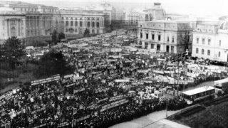 Bukarest, 1989. december 21.Mintegy százezer ember gyűlt össze a bukaresti pártbizottság szervezésében a román fővárosban. A Ceauescu és a szocialista Románia éltetésére összehívott nagygyűlés később nagyszabású rendszerellenes megmozdulássá alakult át.(MTI/REUTER )