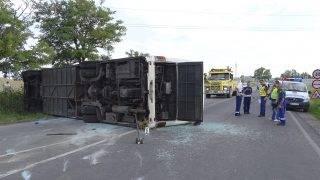 Cegléd, 2017. július 14. Felborult munkásokat szállító autóbusz Cegléd határában 2017. július 14-én. A balesetben tizenhatan megsérültek, közülük ketten súlyosabban. MTI Fotó: Donka Ferenc
