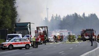 Münchberg, 2017. június 3. Autóbusz kiégett roncsa mellett mentõk az A9-es autópályán 2017. július 3-án, miután a jármû kamionba rohant, majd kigyulladt a bajorországi Münchberg közelében. Tizenhét ember sorsa ismeretlen, harmincegy megsérült. (MTI/AP/DPA/News5/Fricke)