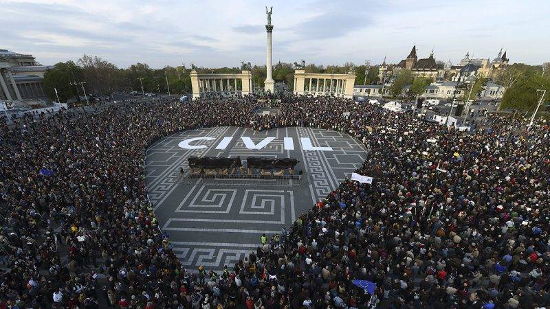 Budapest, 2017. április 12.Nagyméretű szívet formálnak a civil szervezetek átláthatóságáról szóló törvényjavaslat ellen szervezett civil tüntetés résztvevői a fővárosi Hősök terén 2017. április 12-én.MTI Fotó: Balogh Zoltán