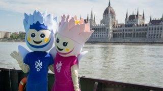 Budapest, 2017. július 6. Lali és Lili, a két kabalafigura a budai alsórakparton, a Batthyányi téri hajóállomáson lévõ 17. FINA Világbajnokság Látogatóközpontjánál, ahol sajtótájékoztatót tartottak 2017. július 6-án. Bejelentették, hogy a budapesti vizes vb helyszínéül szolgáló Duna Aréna akadálymentes, a kerekesszéket használók pedig online is megvásárolhatják jegyüket a sporteseményre. MTI Fotó: Cseke Csilla