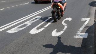 Budapest, 2011. június 2. Egy motor halad a Budaörsi úton, miután Tarlós István fõpolgármester utasítására felfüggesztik az úton május 30-án kialakított buszsáv üzemeltetését. MTI Fotó: Honéczy Barnabás