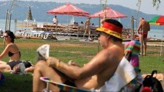Balatonfüred, 2010. július 16. Vendégek pihennek a Kisfaludy strand felújított partszakaszán. Egy 2000-ben indult program keretében több mint 800 millió forintot fordítottak a Kisfaludy és Estreházy strand a fejlesztésére. MTI Fotó: Nagy Lajos