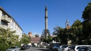 Eger, 2017. július 27. A felújítás alatt álló, ideiglenes acélszerkezettel megtámasztott egri minaret 2017. július 27-én. A mûemlékvédelem alatt álló épület két ütemben, hatvanhétmillió forintból újul meg, megerõsítik az alapját, valamint néhány, a törzset borító követ is kicserélnek. A minaret a felújítás alatt nem látogatható. MTI Fotó: Komka Péter