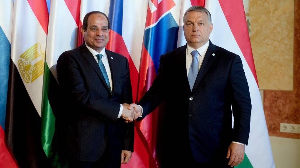 Budapest, 2017. július 4. Orbán Viktor miniszterelnök (j) fogadja Abdel-Fattáh esz-Szíszi egyiptomi elnököt a visegrádi csoport (V4) miniszterelnökeinek találkozóján a Pesti Vigadóban 2017. július 4-én. MTI Fotó: Koszticsák Szilárd